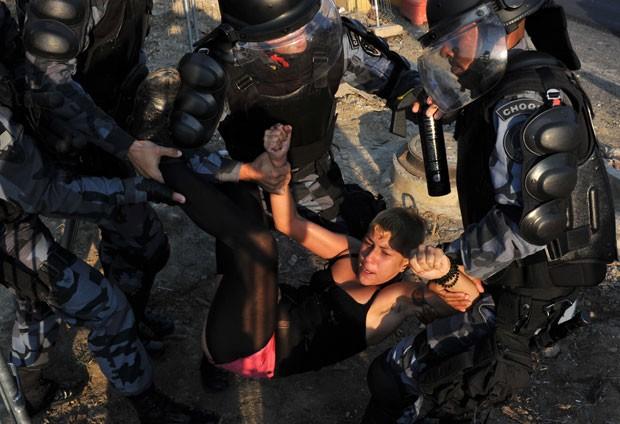 Manifestante foi detida e levada para a delegacia (Foto: Tasso Marcelo/AFP)