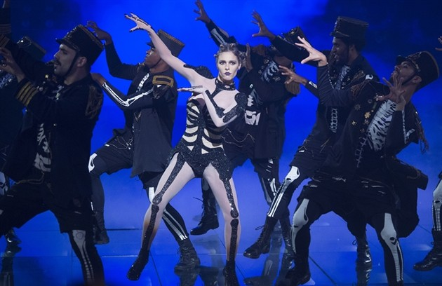 Fernanda com os bailarinos durante a coreografia de 'Thriller' (Foto: Estevam Avellar/Globo)