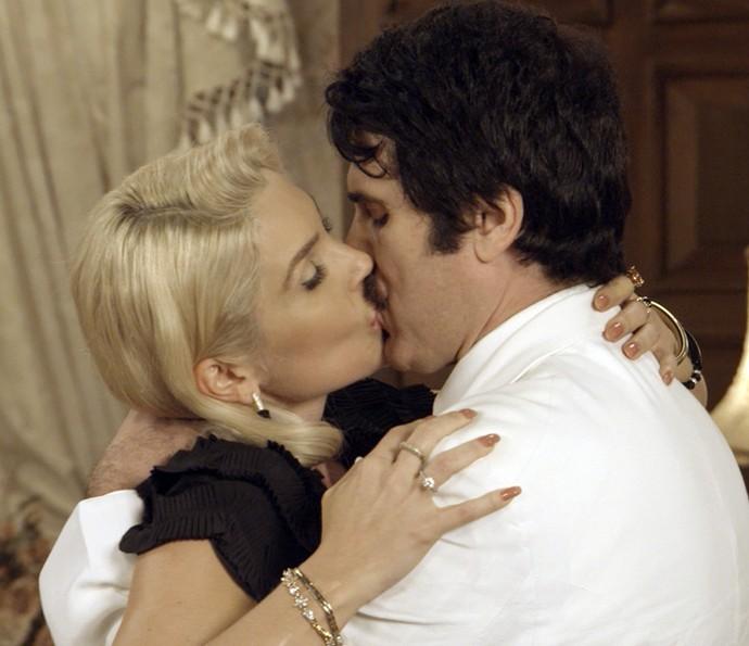 Sandra trai Araújo com Ernesto (Foto: TV Globo)