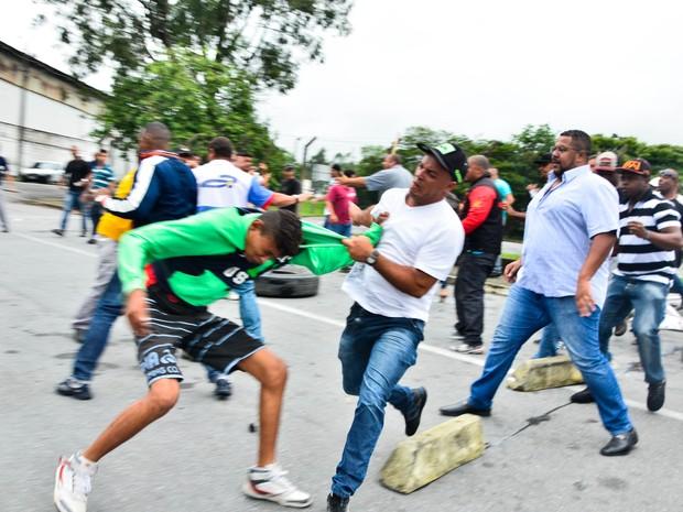 Briga generalizada em frente à unidade (Foto: Nilton Cardin/Agência Estado)