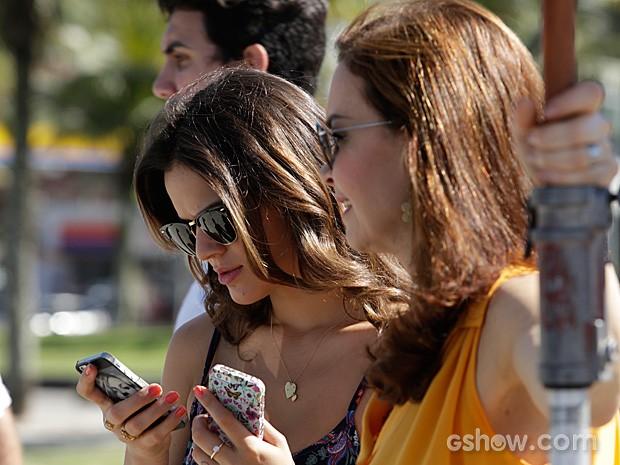 Bruna e Julia Lemmertz não desgrudam uma da outra (Foto: Fábio Rocha / TV Globo)