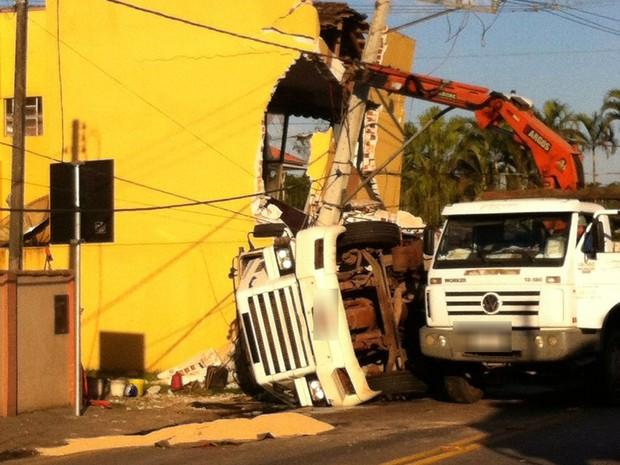 Caminhão atingiu edifício que abriga clínica médica (Foto: Renata Wistuba / Arquivo Pessoal)