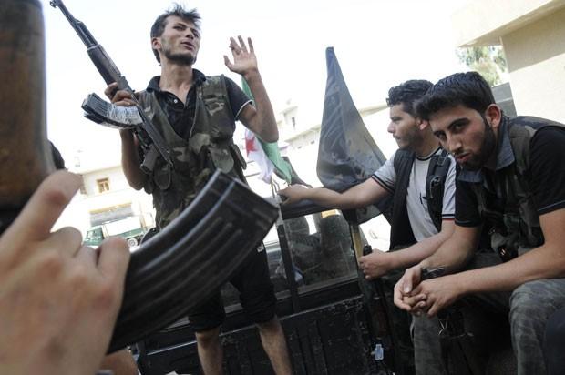 Rebeldes sírios em Aleppo neste sábado (28) (Foto: AP)