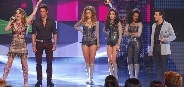 A diva aproveita e intima as rivais a abrirem um show seu (Foto: Cheias de Charme / TV Globo)