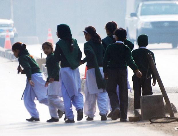 Crianças deixam escola para filhos de militares que foi alvo de ataque dos talibãs nesta terça-feira (16); pelo menos 20 pessoas morreram (Foto: Khuram Parvez/Reuters)