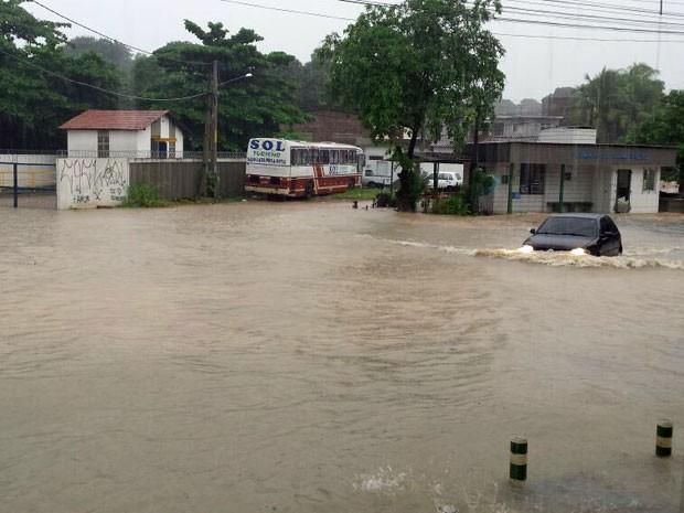 Em Olinda, terminal de ônibus de Ouro Preto ficou tomado pela água. O carro que tentou passar pelo local acabou quebrado (Foto: Reprodução / WhatsApp)