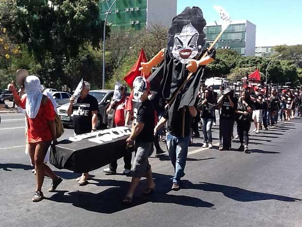 Professores em greve das universidades federais durante manifestação na Esplanada dos  Ministérios nesta quinta-feira (16) (Foto: Felipe Néri/G1)