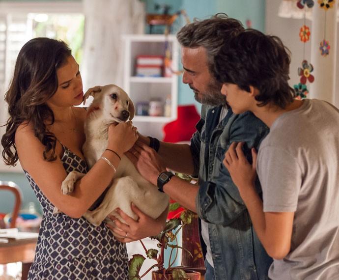 A atriz, em cena, com Alexandre Borges e Eduardo Melo (Foto: Artur Meninea/Gshow)