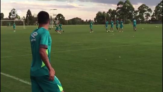 Matando a saudade: Ruschel se junta aos companheiros em treino com bola