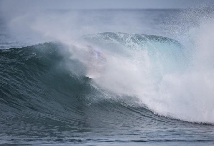 Jordy Smith reaparece depois de sumir em um tubo para a direita na etapa do Havaí - Pipeline surfe (Foto: Tony Heff/WSL)