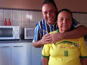 Aposentada Lazara da Silva e o filho Adilsom Silva (Foto: Anna Lúcia/G1)