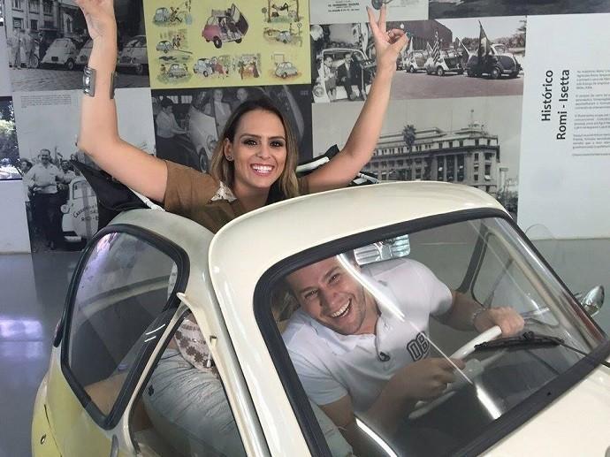 Pedro e Aline conheceram o Romi-Isetta, o primeiro carro de passeio fabricado no Brasil (Foto: reprodução EPTV)