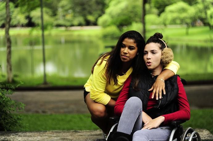 Lais Souza no parque ibirapuera com a amiga Ingrid Messias (Foto: Marcos Ribolli)