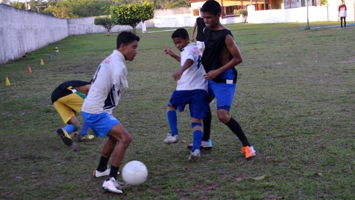 Com má formação congênita, garoto joga bola e supera deficiência no Acre (Foto: Genival Moura)