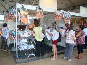 Camisas com fotos de atores do espetáculo custa R$ 5 (Foto: Jaqueline Almeida/G1 Caruaru)
