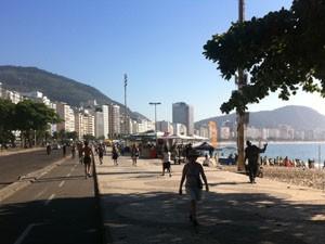 Ciclovia na Praia de Copacabana é sinalizada. (Foto: Mariucha Machado/G1)
