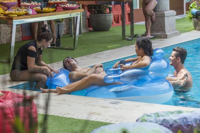 Elettra conversa com Ilmar, Emilly e Marcos na piscina (Foto: Artur Meninea)