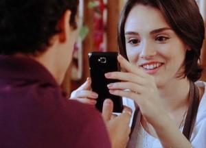 Caio mostra a foto do book e Giane fica empolgadérrima com sua beleza (Foto: Sangue Bom/TV Globo)