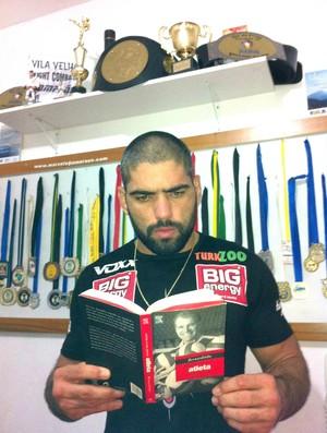 Marcelo 'Magrão' Guimarães lendo livro de Bernardinho (Foto: Arquivo Pessoal)