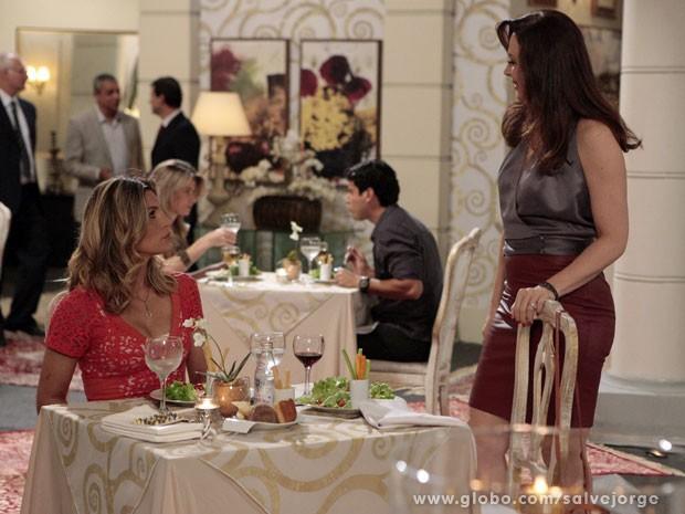 Lívia provoca Érica em restaurante (Foto: Salve Jorge/ TV Globo)