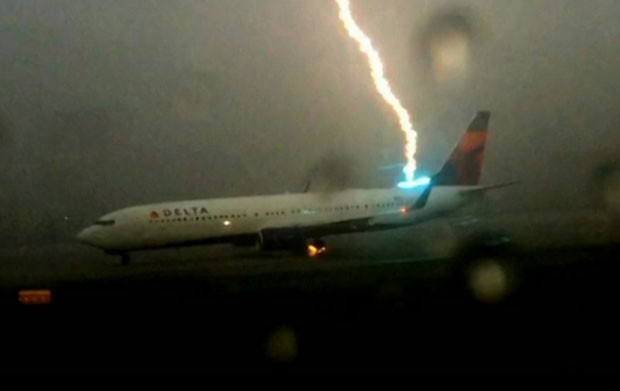 Imagens Raio Aeroporto : G raio atinge avião em pista do aeroporto de atlanta