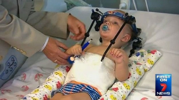Jackson terá de usar, por dois meses, uma órtese para manter seu corpo estável (Foto: 7news)