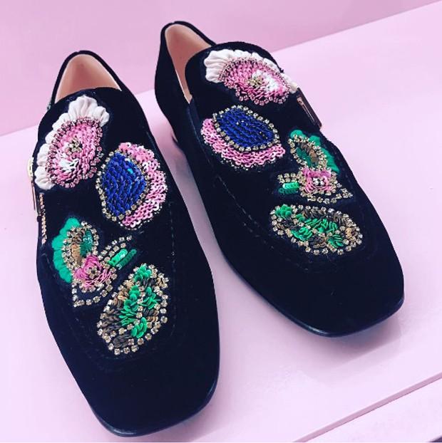 High octane glamour for velvet slipper from Roger Vivier (Foto: @suzymenkesvogue)