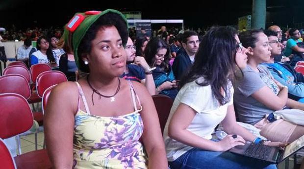 A aluna de Engenharia de Computação da UFPE Andréia Myllena Ribeiro, de 19 anos, busca, na Campus Party, conhecimentos sobre empreendedorismo e sua futura profissão, mas fez questão de assistir a palestra sobre mulheres na ciência (Foto: Sumaia Villela/Agência Brasil)