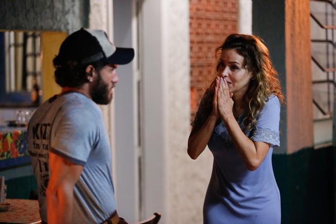 Gilda coloca Dino contra parede (Foto: Pedro Carrilho / Gshow)