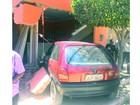 Carro invade casa no bairro João de Deus em Petrolina, no Sertão de PE