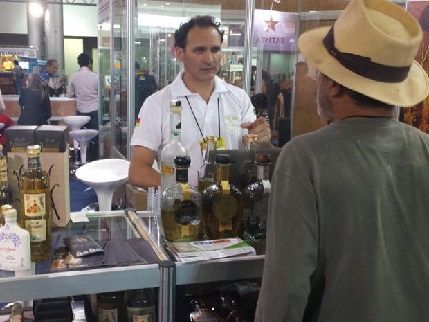 O representante comercial Marcelo Pelisson oferece bebidas aos visitantes (Foto: Thais Pimentel/G1)