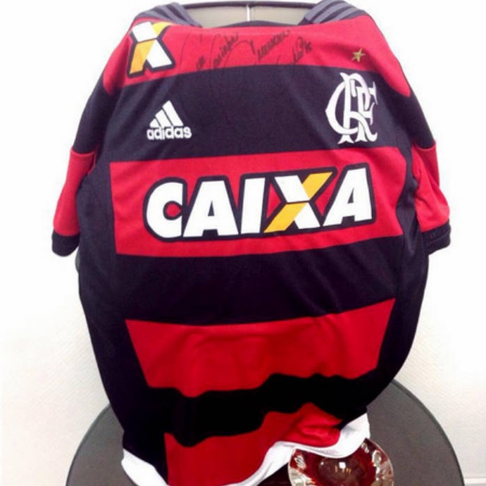 Camisa do Flamengo dada ao nadador Matheus Santana por Emerson Sheik (Foto: Reprodução )
