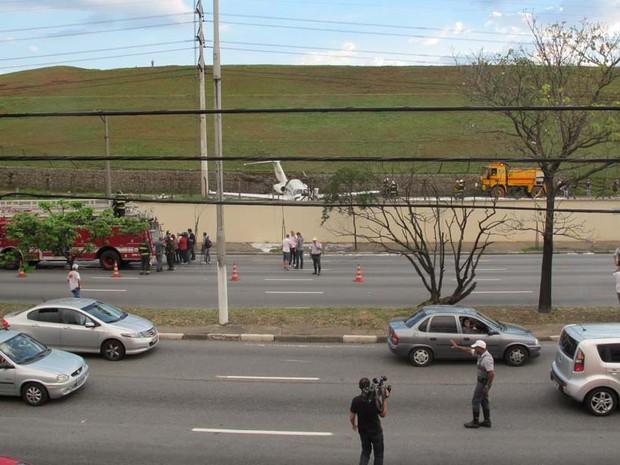 Policiais organizaram o trânsito na Avenida dos Bandeirantes (Foto: Luna D'Alama/G1)
