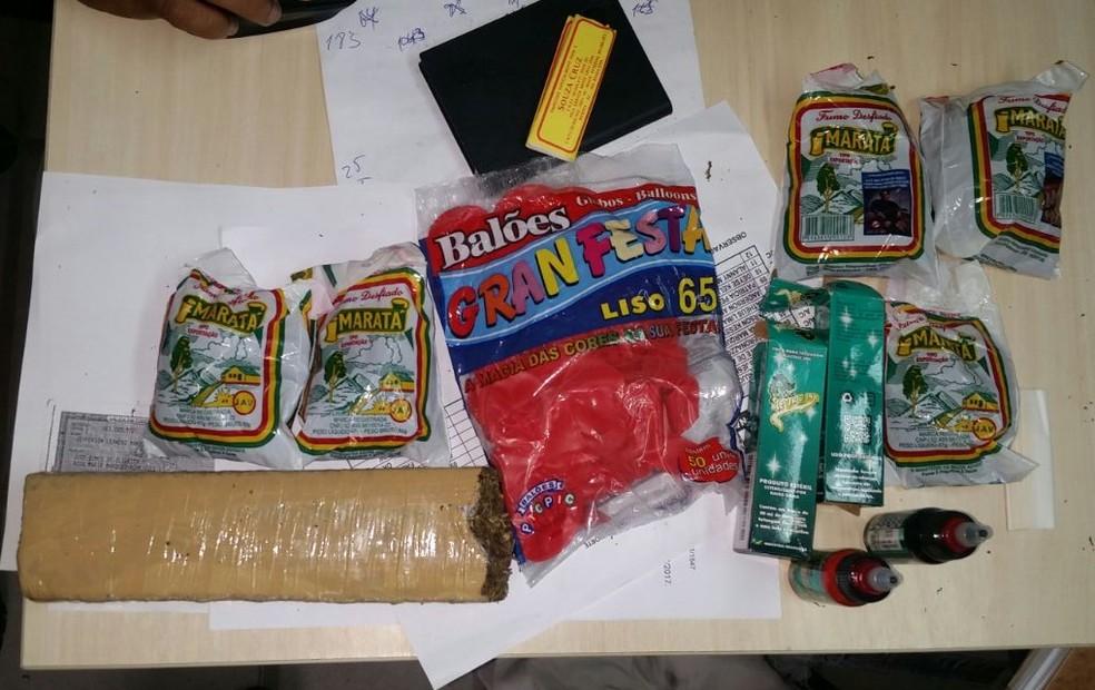 Polícia apreendeu maconha e produtos para cigarro que seriam arremessados para presos do PEP. (Foto: Divulgação / PM)