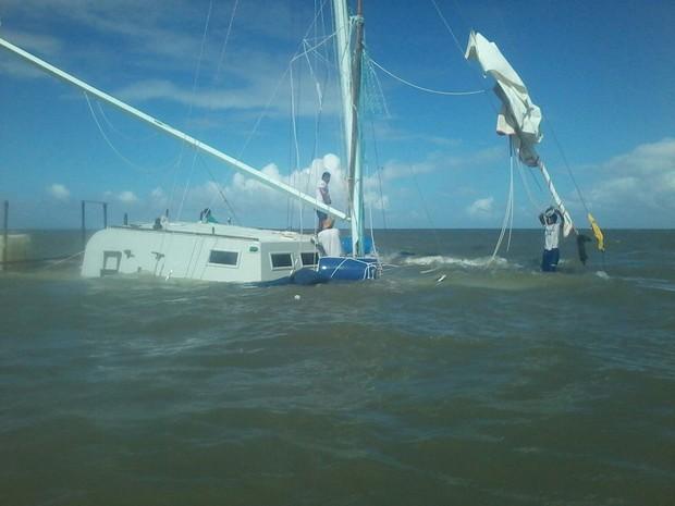 Embarcação naufragou na baia de São José de Ribamar, MA (Foto: Major Munilso / Corpo de Bombeiros)