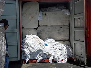 Contêineres com lixo hospitalar foram apreendidos em Suape em outubro de 2011. (Foto: Katherine Coutinho)