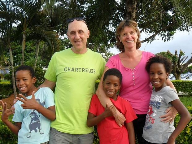 Fernando, Jean-Michel, Felipe, Catherine e Fernanda na sede da Vara da Infância do Distrito Federal; casal francês adotou crianças (Foto: Raquel Morais/G1)