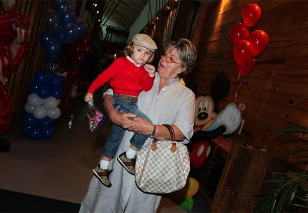 Vittorio no colo da avó materna, Dona Emma (Foto: Manuela Scarpa/Foto Rio News)
