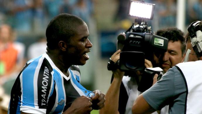 Mamute comemora o terceiro gol do Grêmio (Foto: Diego Guichard)