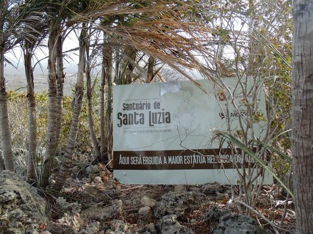 Uma placa indica o local onde será construída a estátua de Santa Luzia no alto da Serra de Mossoró (Foto: Fernanda Zauli/G1)