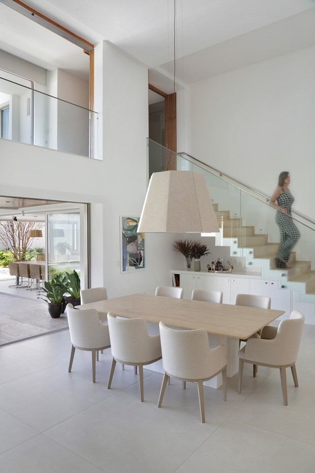 A sala de jantar ganhou um buffet desenhado por Babi Teixeira. Mesa e cadeiras da Tissot. Pendente à venda na Bertolucci (Foto: Denílson Machado - MCA Estúdio/Divulgação )