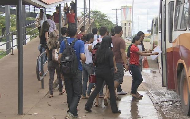 Para quem não possui veículo próprio, enfrenta horas de espera em pontos de parada (Foto: Bom Dia Amazônia)