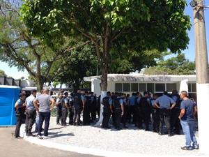 Policial morto no Alemão foi enterrado em solenidade com mais de 100 colegas da PM (Foto: Káthia Mello/G1)