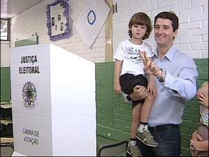 Raul Marcelo foi acompanhado pela mulher e pelso filhos (Foto: Reprodução/TV Tem)