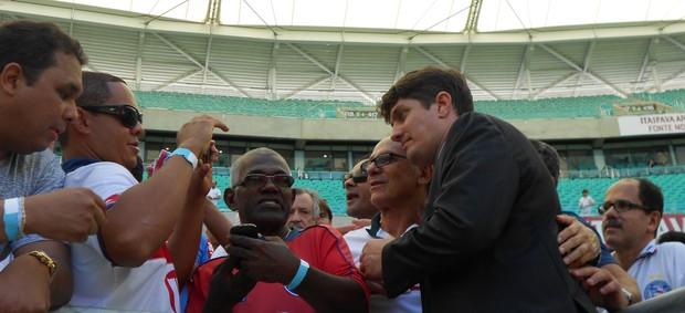 Carlos Rátis tirou fotos e foi ovacionado por torcedores na Fonte Nova (Foto: Eric Luis Carvalho)