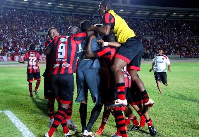 Ruan e demais jogadores do Moto comemoram após pênaltis contra Ituano (Foto: Honório Moreira/Divulgação)