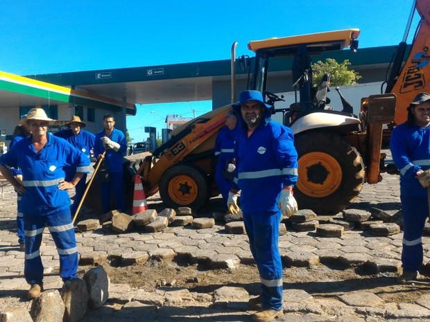 Trabalhadores de obra param serviço para acompanhar cortejo da menina Ana Clara, em Goiânia, Goiás (Foto: Vanessa Martins/G1)