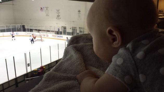 Kaci assiste atentamente ao jogo (Foto: Reprodução)