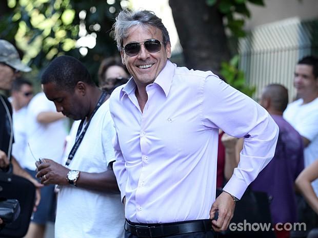 Alexandre Borges posa e sorri para a foto no maior bom humor! (Foto: Além do Horizonte / TV Globo)