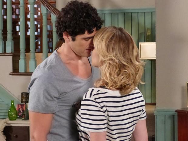 Juliana desiste de declaração e Nando tenta conseguir um beijo da gata (Foto: Guerra dos Sexos/TV Globo)